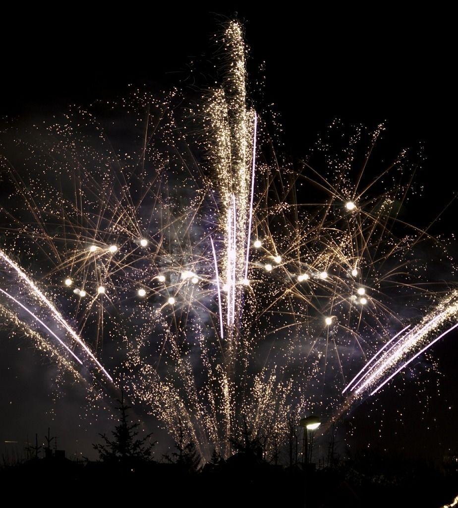 firework-492678_1280-924x1024